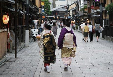 0417-在京都祗園最受歡迎的花見小路,你隨處可見這樣的裝扮,而你也可以親自體驗江戶時期的風味,感受日式懷舊的氛圍。這裡還有許多懷石料理為主題的高級餐館,也是熱門的情侶約會地喔!