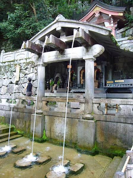 0421-這個日本十大名水榜首的音羽之泉,是每個到清水寺的遊客必到造訪之處,喝口名水,祈保平安,已經是流傳很久的儀式囉