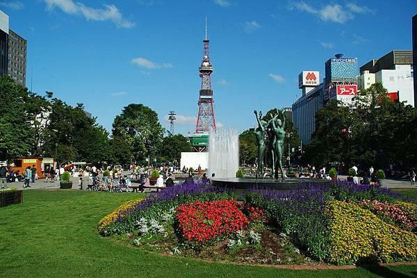 0424-札幌有個大通公園,裡頭的花圃終年繽紛,不僅僅只是公園,更是條美麗的綠園道,遠處的電視塔,在90公尺處還設有瞭望台,從此處即可全覽到札幌市區的宜人景色,尤其是美麗的璀璨夜色。