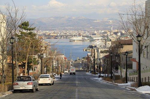 0426-函館的八幡坂有條著名的斜坡道,路面以石塊鋪成,筆直朝大海而去,加上洋房林立,所以很有歐美海港城市的味道喔! (這裡也是很多日劇愛取景的地方呢!)