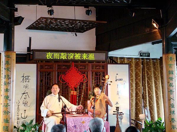 【中國一絕‧蘇州評彈】聆聽古老說唱藝術,品嚐蘇式小點和當地茶香。欣賞古運河之風光,一種淡淡愜意優閒的氛圍。