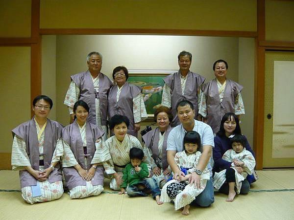 2012.0420~0424關西5天~吉野山山頭櫻滿遍如仙境,在紅葉旅館穿浴衣拍合照,好難忘的家族旅遊。