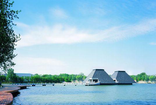 水下兵馬俑博物館位於漢文化景區的獅子潭內,在曾被水淹沒的騎兵俑坑和馬俑坑的原址上建成,展出了復原的俑坑和精心修復的兵馬俑。