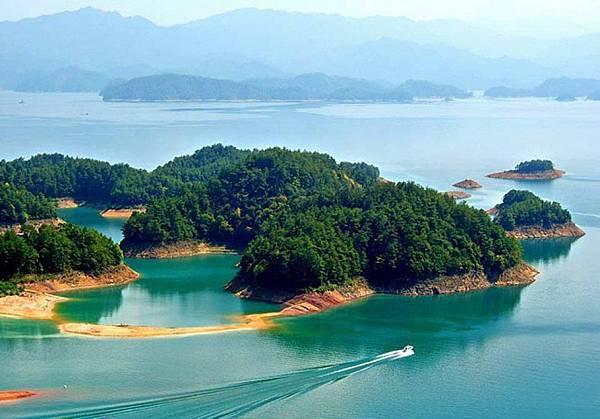 被譽為『天下第一秀水』的杭州千島湖,573平方公里水面上蕩漾著1078個宛若翡翠一般的島嶼,自然風光旖旎,生態環境絕佳,是首批國家級重點風景名勝區、國家5A級旅遊景區。湖畔擁有華東第一石林、8條驚險刺激的漂流,周邊更有黃山、三清山、西湖等世界遺產地。