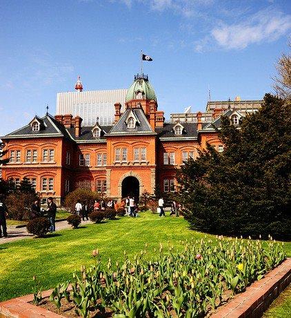 北海道廳舊紅磚廳舍是日本北海道過去的治理機關北海道廳的辦公場所,為北海道的象徵,位於札幌市市中心,是一座用紅磚建造巴羅克風格的歐式建築。同時,這也是當地人最愛賞櫻的好去處喔!