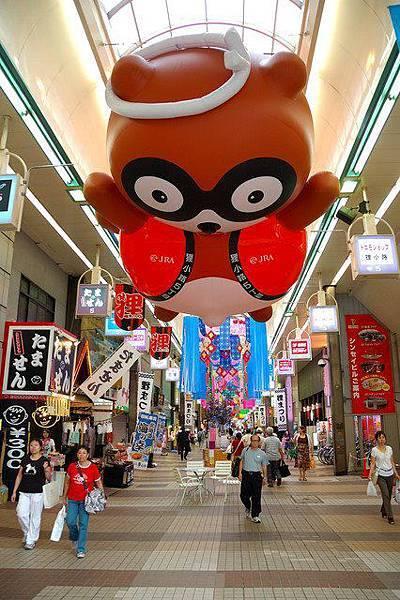 狸小路商店街是北海道歷史最悠久也最大的商店,在東寶電影院旁的本陣狸大明神社,是商店街的守護神,據說觸摸狸神身體的八個部位,還能得到不同的保佑喔!