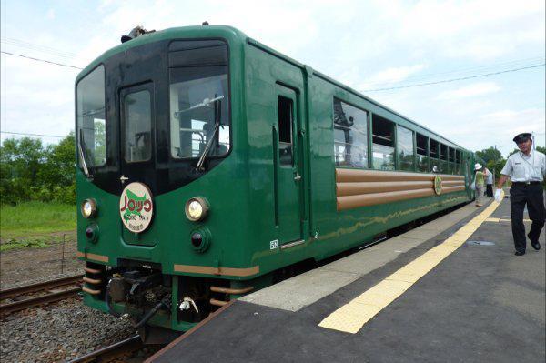 釧路車站搭上諾羅克號(Norokko)釧路濕原觀光列車,這趟悠閒的濕原之旅就此展開。日文原意為慢吞吞的諾羅克號,號稱是日本最慢的列車,因為車上有解說員,在經過知名景點或是發現野生動物時,隨時都會放慢行車速度;而且車上還有飲料、零食與紀念品的販售。