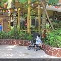 園區內好多嬰兒推車停車場