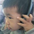 弟弟也要戴耳機