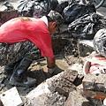 國軍徒手挖掘淤塞的水溝
