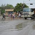 志工與卡車的危險畫面