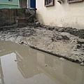 路邊隨處可見的淤泥.JPG