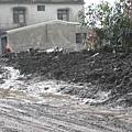 堆置路邊的淤泥.JPG