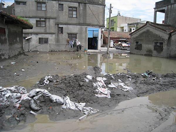 車站附近的積水、淤泥_災後29天的林邊.JPG