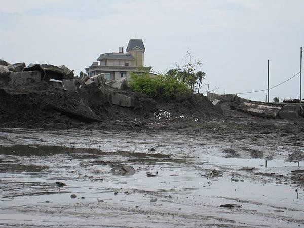 矗立在泥砂中的房屋_災後29天的林邊.JPG