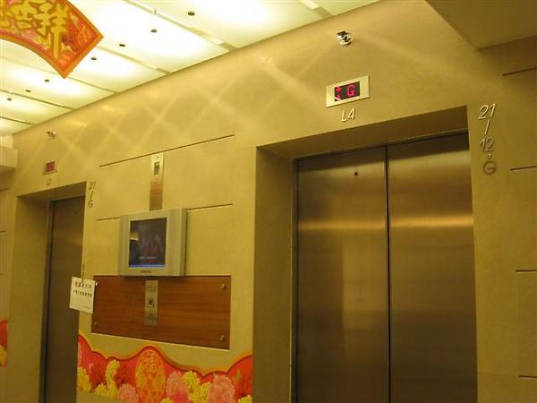 百年找換大樓電梯