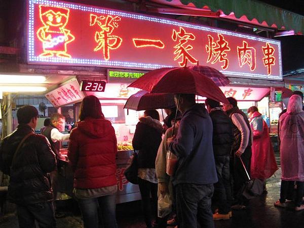 冒雨排隊的人們_第一家烤肉_人潮蜂擁的小吃_自強夜市_花蓮吉安.JPG