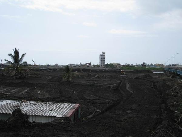 林邊溪旁大量的的沙土推置_災後29天的林邊.JPG