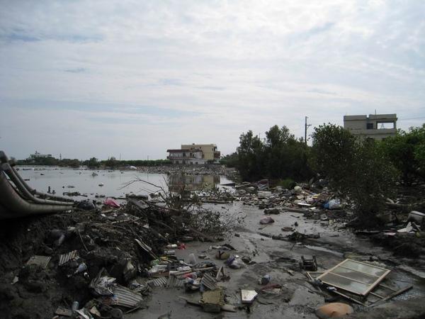 路邊的髒水與雜物堆積_災後29天的林邊.JPG