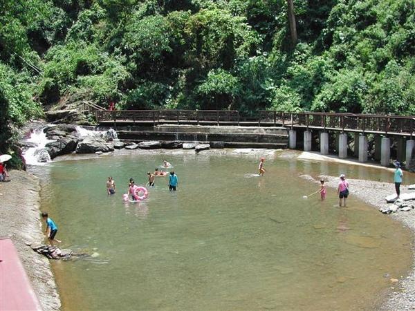 看見一個大泳池,很多人在裡面玩水!(第一次涼山之旅)