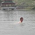 看起來沒什麼了不起的,但是.......其實他是裸泳的!