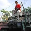 與坦克留影