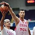 易建聯與前希臘國家隊總教練楊納斯基(Panagiotis Giannakis)