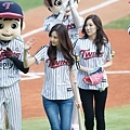 TaeYeon-Throws-Opening-Pitch-with-SeoHyun-Batting-girls-generation-snsd-35426074-960-640.jpg