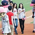 TaeYeon-Throws-Opening-Pitch-with-SeoHyun-Batting-girls-generation-snsd-35426075-960-640.jpg