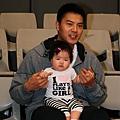 信安和他女兒.jpg