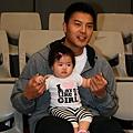 信安和他女兒2.jpg
