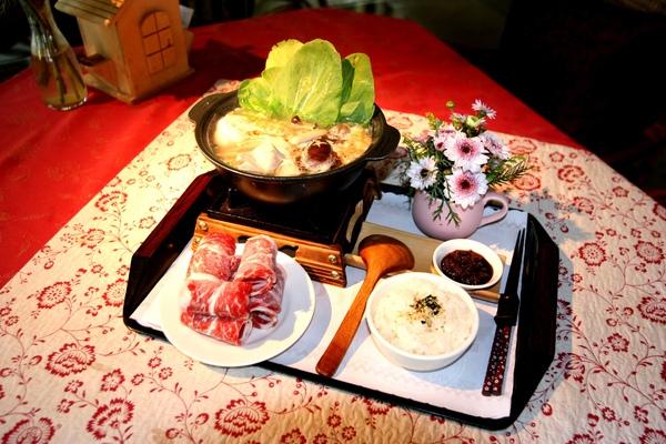 養身火鍋(季節供應),以菇類為主的火鍋,湯頭是山胡椒,有著檸檬的清香,山上才吃的到唷!!