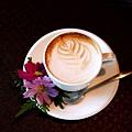 拿鐵咖啡,有三種口味焦糖、榛果、玫瑰。分別有著不同味道。