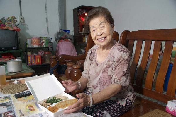 391阿嬤正要享用龍眼林基金會送來的晚餐com.jpg