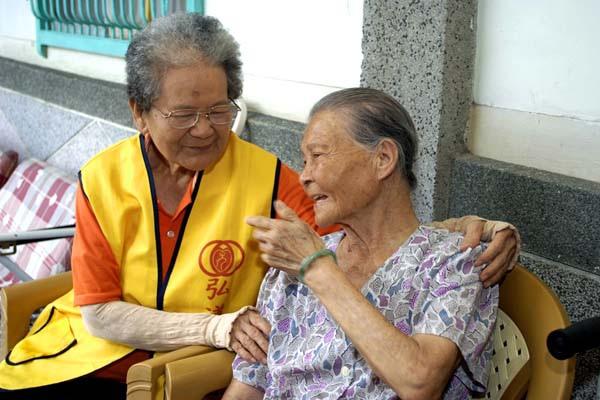 5371阿嬤正在關心社區老人s.jpg