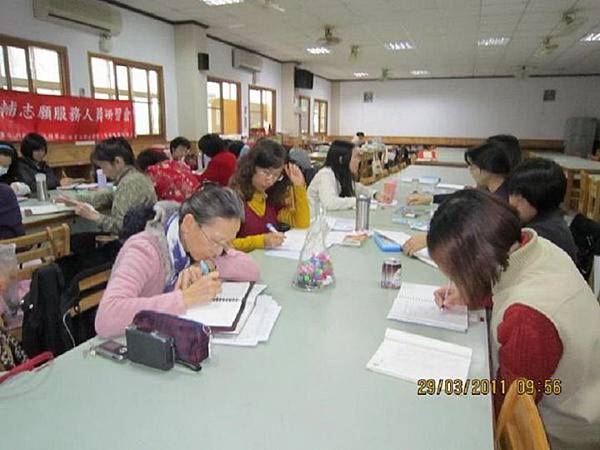 同學正專心作心智圖.jpg