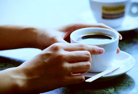 手和咖啡杯.jpg_effected