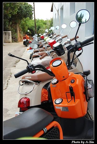 祕境旁的摩托車