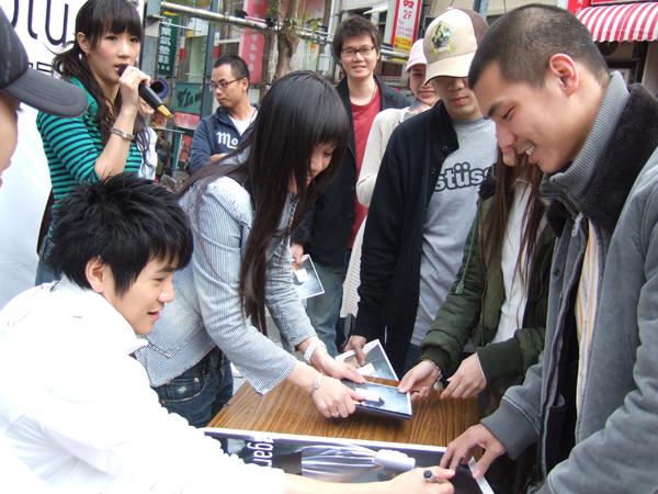 曹格首次簽名