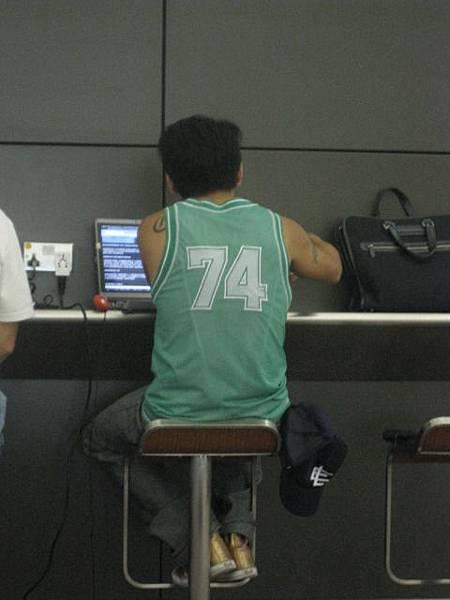 在HK機場 搶一個時間