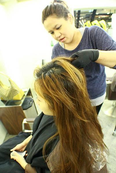 1602429144-染髮前做頭皮隔離劑的保護是一大重點噢~.jpg