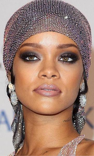 rihanna-2014-cfda-awards-10.jpg