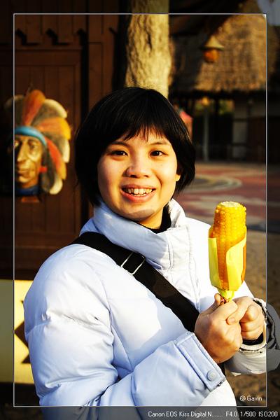 樂園中有賣烤玉米喲! 不過不好吃...