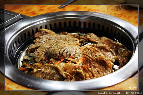 銅盤烤肉...很好吃!!  不過每片豬肉都大的嚇人...