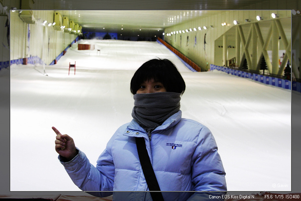 小美老婆與室內滑雪場合影...