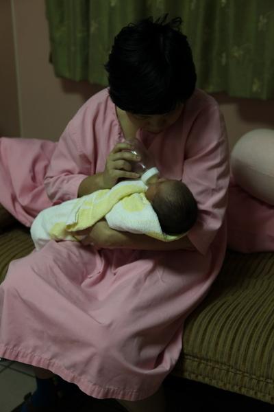 20090721_小天使喝奶奶囉~