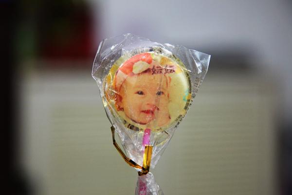 這個是妘妘得獎後,送的棒棒糖喲!!!  上面有妘妘的照片呢!!!
