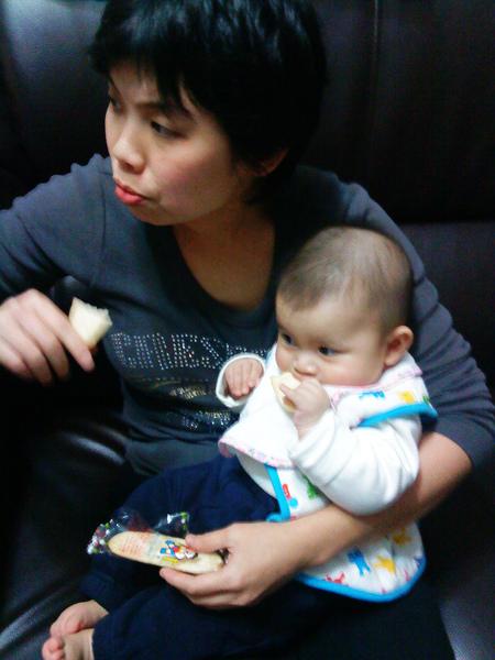 妘妘和小美媽咪一起在吃米餅~