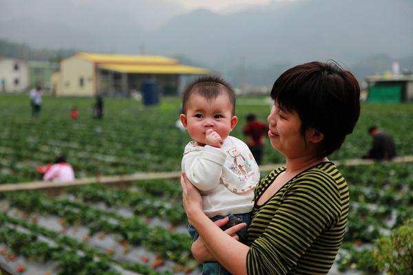 和媽媽在草莓園旁邊合照~