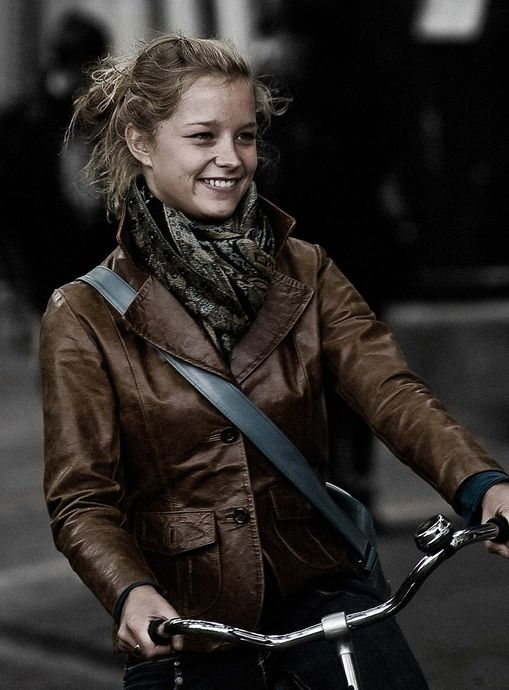 Velorution-Dutch-girl-smiling-leather